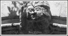 Amours Sous Le Porche (Photo Manu) Tags: blackandwhite bw architecture histoire stone sculptur love kiss nb pierre maison house france rocamadour