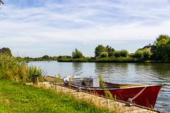 Bootje aan de kant van de Vecht (Tom van der Heijden) Tags: 60d canon canoneos60d eos eos60d nigtevecht vecht boot water rivier nederland blauwelucht