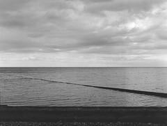 fame (scozia 06) (juri_kid_a) Tags: scozia scotland portgordon ocean oceano sea mare landscape blackandwhite blackwhite bianconero biancoenero medioformato mediumformat 120 bw bn analogica analogico analogue mamiya film filmcamera pellicola rullino june giugno clouds nuvole sky cielo