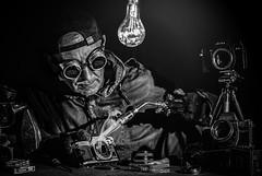 Analoge Spiegelreinigung (Roger Armutat) Tags: canonae1 sw schwarzweis uni farblos porträt schweisbrenner objektiv leica leicar4s werkzeug schweisbrille spiegelung photoshop lightroom photoflux analog sony sonya7ii glühlampe tools