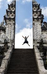 Salto al vacío (U2iano) Tags: temple templo lempuyang bali indonesia hinduismo gate puerta cielo sky wat saltar jump