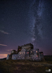 Castillo de Guadalerzas (JoseQ.) Tags: castillo castle guadalerzas construccion arquitectura nocturna noche stars estrellas vialactea milkway cielo nubes sky iluminacion