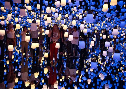 Forest of Resonating Lamps - teamLab Borderless digital art museum
