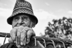 hand on a rake (Claudia Merighi) Tags: rake rastrello farmer contadino agricoltore mano hand main trabajo lavoro bn bnbwbwbiancoenero blackandwhitephotos blackandwhiteonly blancoynegro noiretblanc blackandwhitephotography ricoh claudiamerighi