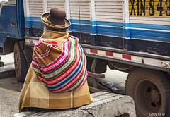 Un alto en el camino (Gaby Fil Φ) Tags: perú latinoamérica sudamérica puno departamentodepuno trajestípicos quechua surdelperú tradiciones ciudadesdelperú colores mantas sombreros sombrerosperuanos