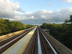 201908006 New York City Queens JFK airport (taigatrommelchen) Tags: 20190835 usa ny newyork newyorkcity nyc queens sky central perspective railroad urban railway mass transit train onboard