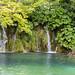 Kleiner Wasserfall am See Gradinsko Jezero im Nationalpark Plitvicer Seen, Kroatien