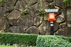 Stone wall and the lantern (Abhay Parvate) Tags: 早稲田 waseda tokyo 東京 穴八幡宮 anahachimangu architecture traditional city cityscape