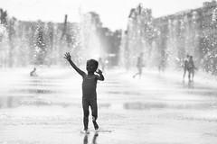 La Petite Fille et l'Eau (fredMin) Tags: girls kid water france black white monochrome nice fujifilm xt2 viltrox