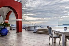 Vue sur la caldeira (Lucille-bs) Tags: europe grèce cyclades santorin caldeira hôtel paysage vue table chaise pot crépuscule imerovigli fauteuil salon rayon nuage