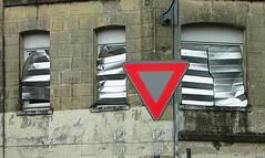 (Jean-Luc Léopoldi) Tags: panneau façade triangle rouge priorité fenêtres paresoleil sunscreen crayon dessin surréaliste