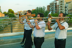 En Agosto, fiestas. (J.G.Sansano) Tags: música fiestaspopulares street fiesta streetphotography bandademúsica fotografíacallejera g7xii trombón