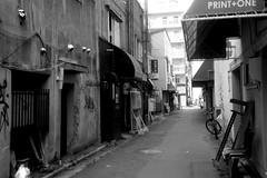 An alley near nizyo-itiba in Sapporo city (shou yokoya) Tags: film 135 35㎜ monochrome bw bessat nokton classic 40㎜ kodak trix 400tx 400 analogue streetphotography sapporocity alley street