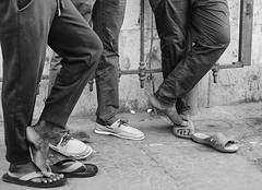 l'attesa (frastebio) Tags: monocromo bianconero scarpe uomini
