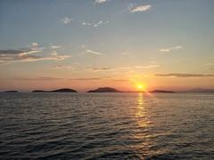 L'alba di un nuovo giorno (silvia07(very busy)) Tags: alba dawn sunrise mare sea isole island ocean sole sun cielo nuvole clouds summer estate