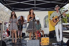 Band Het Projectje (Mary Berkhout) Tags: maryberkhout cultureelzomerfestival winkelcentrum dejulianabaan band muziekband zangeressen hetprojectje voorburg