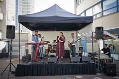 Band op Cultureel Zomerfestival (Mary Berkhout) Tags: maryberkhout cultureelzomerfestival winkelcentrum dejulianabaan band zangeres muzikanten voorburg
