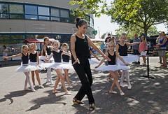 Dansdemonstratie door Stichting Dans aan de Vliet (Mary Berkhout) Tags: maryberkhout cultureelzomerfestival winkelcentrum dejulianabaan stichtingdansaandevliet dansdemonstratie danseressen voorburg