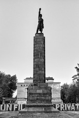 i (drugodragodiego) Tags: chisinau moldova piazza monumento scultura column sculpture architecture blackandwhite blackwhite bw biancoenero fuji fujifilm fujifilmx100t x100t