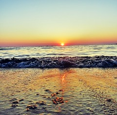 settembre (simona300) Tags: sunsetlovers sunsetcolors sunset redsunset sunsetphotography gold orange tramonto oro spiaggia sabbia