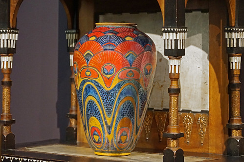 Vase de Galileo Chini sur un meuble art nouveau de Carlo Bugatti (Musée d'Orsay, Paris)