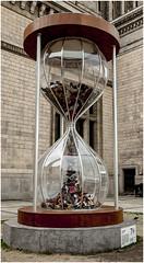 108- CURIOSA ESCULTURA DELANTE DEL PALACIO DE LA CULTURA - VARSOVIA - (--MARCO POLO--) Tags: ciudades monumentos relojes
