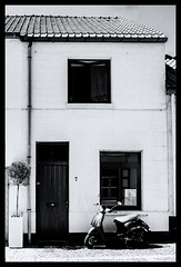 2019-07-30-31-Damme-11-3Pt (Pontalain) Tags: architecture black blackandwhite building door facade home house labels monochrome monochromephotography neighbourhood photography road snapshot stockphotography street style vehicle wall white window blanc façade l scooter