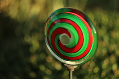 Kitsch (gripspix) Tags: 20190904 nature natur helios441258mm analog analogue lens objektiv lolly glas glass gardenkitsch gartenkitsch green grün rot red bokeh