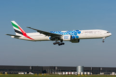 """A6-EPB - Emirates - Boeing 777-31H(ER) - """"Expo 2020 (Mobility / Blue)"""" special colours (5B-DUS) Tags: a6epb emirates boeing 77731her expo2020mobilityblue special colours b773 ams eham amsterdam schiphol airport aircraft airplane aviation flughafen flugzeug planespotting plane spotting"""