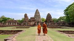 Prasat Hin Phimai ...Thaïlande album (geolis06) Tags: phimai prasathinphimai statue nikon asia khmer buddha prayer religion buddhism bouddha asie pilgrim thailande bouddhisme moine pélerin prière geolis06 nikonz6 muangphimai temple monk