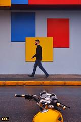 Street colors (Otacílio Rodrigues) Tags: streetphoto urban homem man caminhando walking parede wall moto motorcycle rua street calçada sidewalk cores colors placas plates resende brasil oro