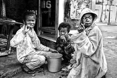 Petit déjeuner pour ceux des rues (Ma Poupoule) Tags: street rue noirblanc nb noir biancoenero bianconero blackwhite bw black madagascar malgache enfant enfants children océanindien repas afrique africa