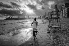 (230/19) El corredor (Pablo Arias) Tags: pabloarias photoshop nx2 cielo nubes arquitectura paisaje arena playa agua mar mediterráneo bn blancoynegro monocromático corredor esfuerzo footing playadeponiente benidorm alicante