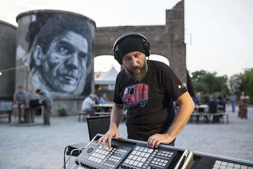 @emilianotorquadi 🎧 #laperossa #elettronica 🎬 #cinema #archivio #audiovisivo 🚩 #movimentooperaio  #democratico 🎥#elettritv💻📲 #musica #sottosuolo #musicaorignale #webtv #canalemusical