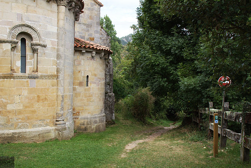 sendero junto al antiguo monasterio de san Pedro de Villanueva