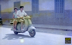 Parella en vespa (Arxiu del So i de la Imatge de Mallorca) Tags: majorca mallorca palma parelles parejas couples motocicletas motocicletes motorcycles vespa