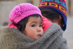 Enfant Bolivie _3165 (ichauvel) Tags: bébé baby child enfant portrait visage face altitude village sudliez bolivie bolivia amériquedusud southamerica amériquelatine femme woman rue street portraitderue streetportrait froid cold voyage travel bonnet exterieur outside fabuleuse