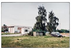 (schlomo jawotnik) Tags: 2019 juli oldersum ostfriesland tagestour wiese bäume pkw benz bauwagen halle analog film kodakproimage100 usw