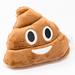 Der Kothaufen-Emoji als Kissen mit Gesicht, vor weißem Hintergrund