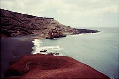 El Golfo (Ulla M.) Tags: expiredfilm selfdeveloped selbstentwickelt tetenalcolortec analogphotography analogue analog umphotoart wellen strand beach elgolfo lanzarote filmphotography filmisnotdead filmshooter reflectaproscan10t homedeveloped