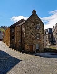 Edinburgh / Dean Village / Miller Row (Pantchoa) Tags: édimbourg ecosse royaumeuni europe grandebretagne deanvillage vieuxquartier ancien quartier waterofleith ruisseau rivière maisons ciel bleu murs pierre fenêtres pavés rue route