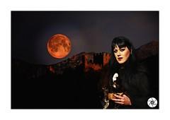 Médiéval et gothique (ANTOINE ARROBAS) Tags: girl middleages gothique médiéval château castle lune fullmoon gothic gotico nuit night darkness obscurité ténèbres fêtesmédiévales gothicgirl redmoon