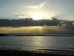 Amanece en Pozo Izquierdo (migbg) Tags: mar sea ocean beach playa amanecer sunrise horadorada horaazul sol sun sunlight luzsolar rayosdesol grancanaria islascanarias