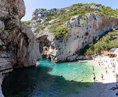 Kieselstrand zwischen Klippen an der Bucht Stiniva auf Vis, Kroatien