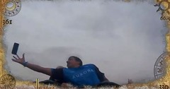 Homem pega celular de desconhecido no ar em montanha-russa na Espanha (juliansantoscunha) Tags: homem pega celular de desconhecido no ar em montanharussa na espanha