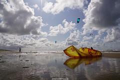 DSC00421 (ZANDVOORTfoto.nl) Tags: beach beachlife kust aan zee zandvoort wolken clouds kite kites kitesurf watersport