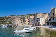 Boote am Hafen von Komiza in Kroatien