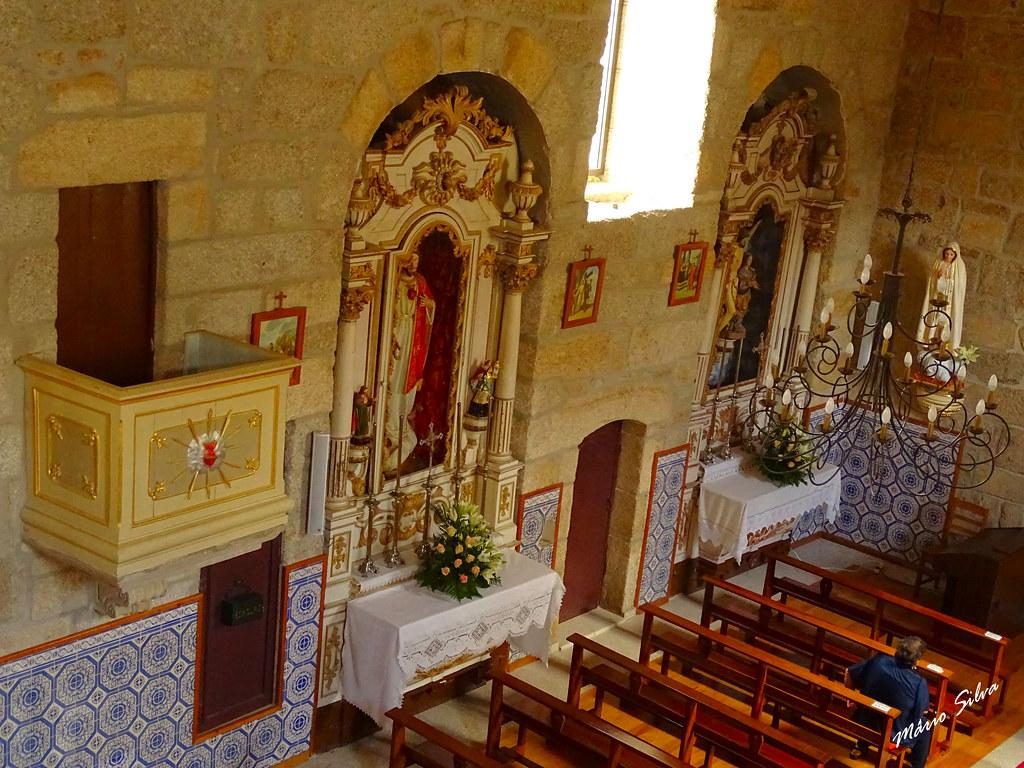 Águas Frias (Chaves) - ... parede interior (esquerda) da Igreja matriz da Aldeia ...