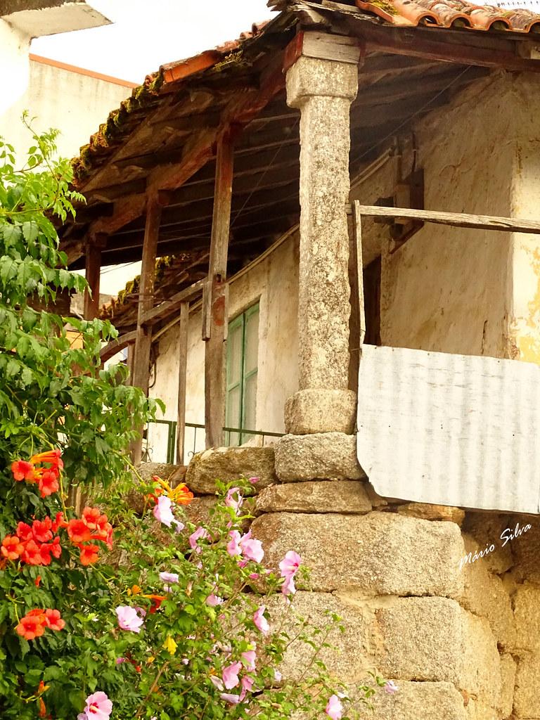 Águas Frias (Chaves) - ... pormenor de varanda de casa na Aldeia ...