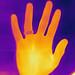 High-Five-Hand eines Mannes unter einer Wärmebildkamera abgelichtet